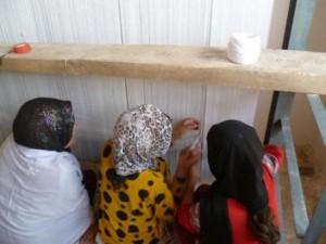 2011 Junge Frauen beim Teppich knüpfen im Frauenbildungszentrum ( Barikaw / Aliceghan)