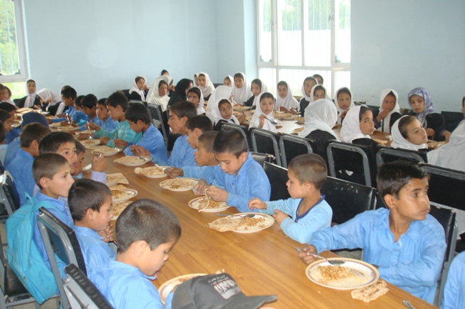 Kinderheim Charikar: Essen im renovierten Speisesaal