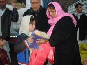 Verteilung von Kleidung im Winter 2011 in Kabul