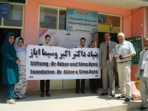 Mädchengymnasium Sultana Razia: Übergabe Lehrmaterial