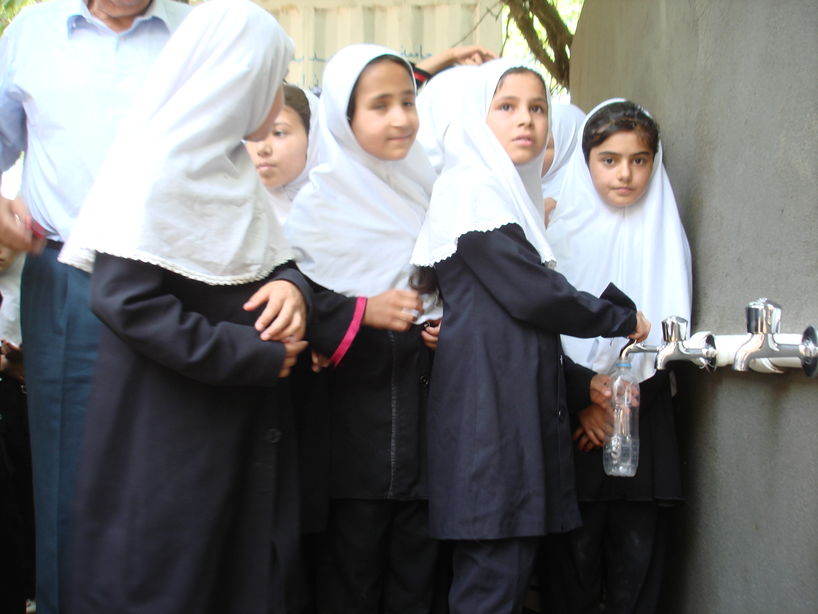 Kinderheim Charikar: Schülerinnen nutzen die neue Wasserzapfstelle