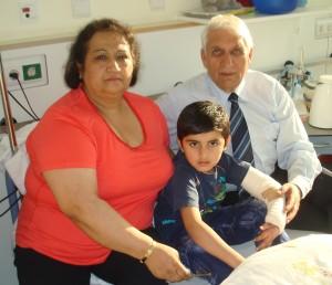 Masood mit Familie Ayas nach seiner Operation im Marienkrankenhaus Neuwied