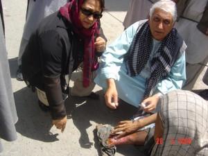 2006 Medizinische Behandlung eines Bettlers erfolgt auf der Straße