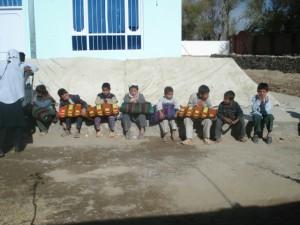 2008 Eine afghanische Emigrantin aus den USA unterstützt die Kinder im Kinderhaus Charikar mit Hilfsmitteln