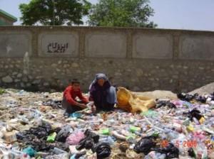 2008 Armut in Afghanistan, Suche nach Nahrungsmitteln im Müll