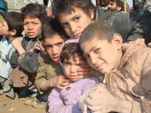 2009 Winterhilfe, Kinder warten auf die Hilfsgüter