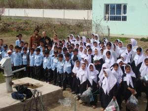2009 Gruppenbild nach Verteilung der Schuluniformen