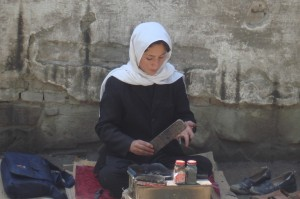 2009 Kinderarbeit, ein Schulmädchen putzt Schuhe