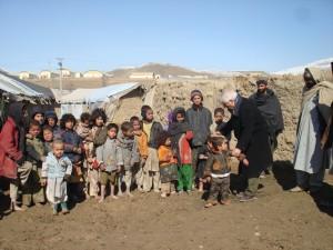 2010 Kinder vor der Verteilung der Hilfsmittel im Zeltlager in Charahi Qambar