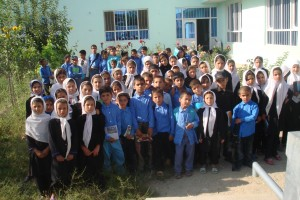 2010 Gruppenbild der Kinder im Hof des Kinderheims Charikar