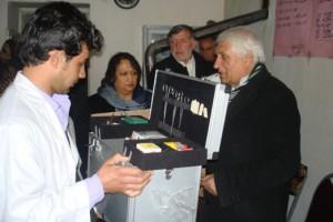 2011 Klinik im Salang-Tal, Verteilung von Notfallkoffern
