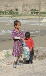 2011 Kinderarbeit - sammeln von Plastikflaschen, um ein wenig Geld zu verdienen