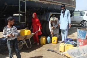 2011 Barikab, Wasser muss am Tankwagen geholt werden