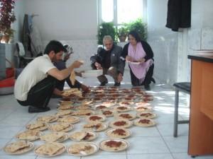 2011 Charikar, Essenszubereitung in der Küche
