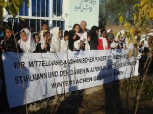 2011 Charikar, Kinder danken für Stricksachen aus Altenkirchen