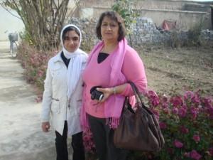 2011 Familie Ayas besucht Tamana nach der Genesung zu Hause in Charikar