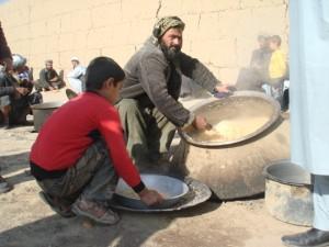 2011 Vorbereitung von warmen Essen für Familien in Deh-e Yahya