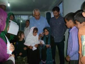 2012 Kinder erhalten ein kleine Geldspende für das Opferfest