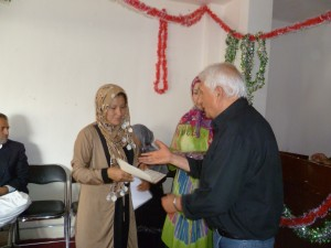 2013 Verteilung von Zeugnissen im Frauenbildungszentrum nach Absolvierung des Ausbildungskurses im Lesen und Schreiben